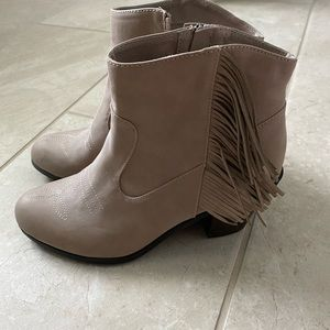 Sam & Libby Size 9 Women's Ankle Fringe Boots